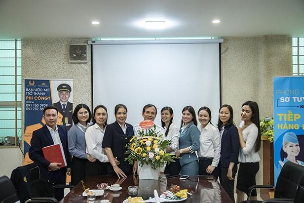 Công đoàn tặng hoa chúc mừng đội ngũ nữ cán bộ, nhân viên, cộng tác viên của VNAS nhân ngày Phụ nữ Việt Nam