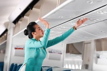 Tiếp viên trả lại nhẫn kim cương cho khách bay thương gia