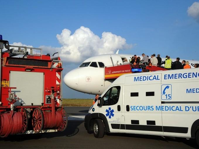 Vì sao không máy bay nào có bác sĩ?