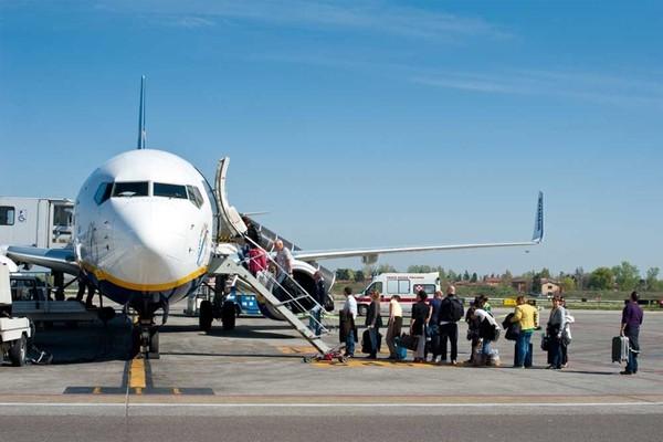 TVì sao khách luôn lên cửa bên trái máy bay?