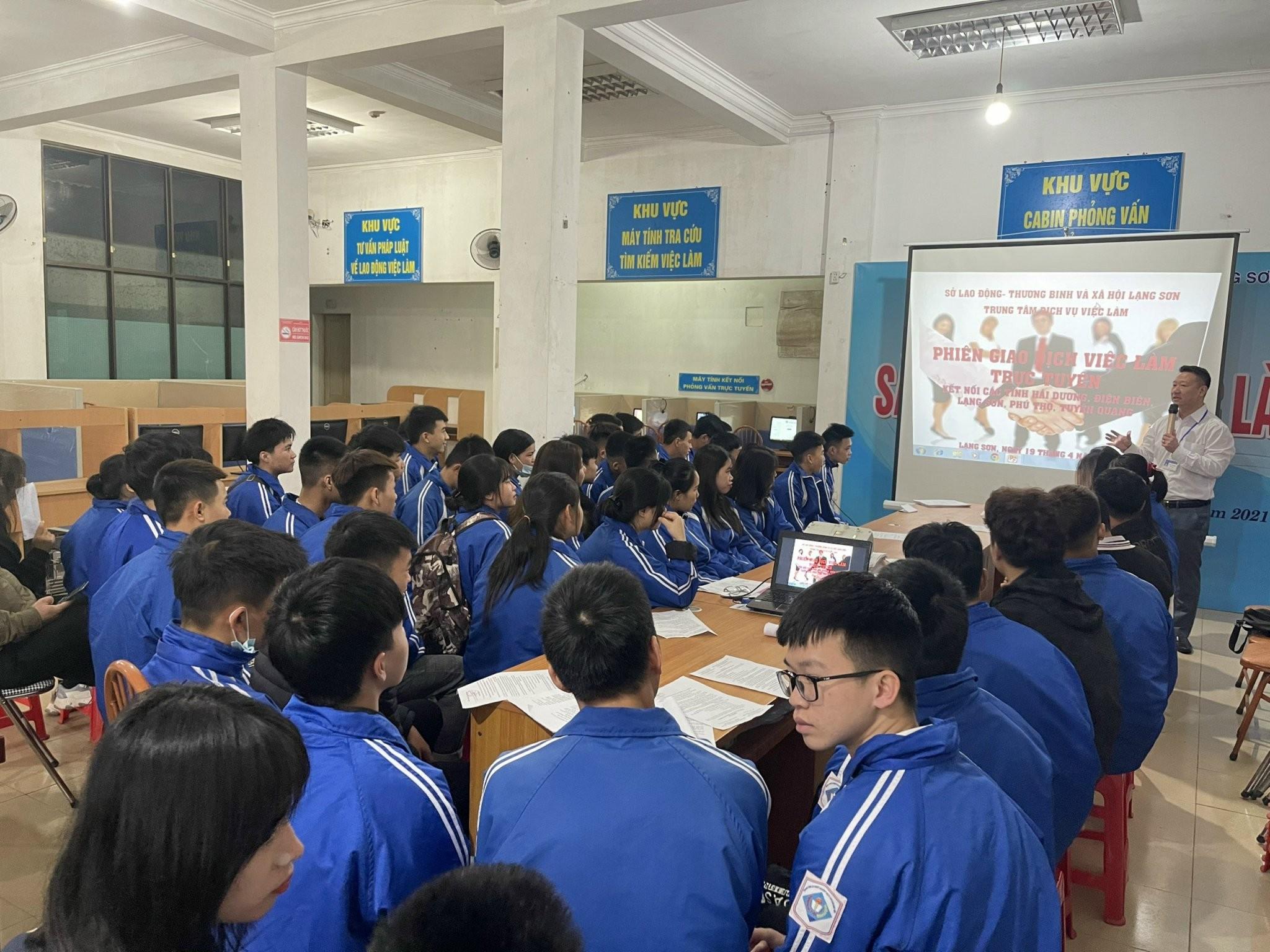 Trung tâm Dịch vụ Việc làm tỉnh Lạng Sơn thực hiện tư vấn, hướng nghiệp nghề hàng không cho học sinh THPT