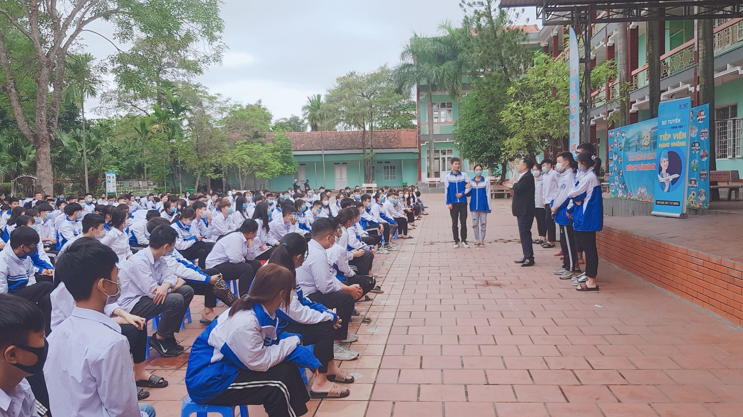 TTọa đàm tư vấn hướng nghiệp cung cấp thông tin thị trường lao động cho học sinh THPT tại Đông Triều, Quảng Ninh