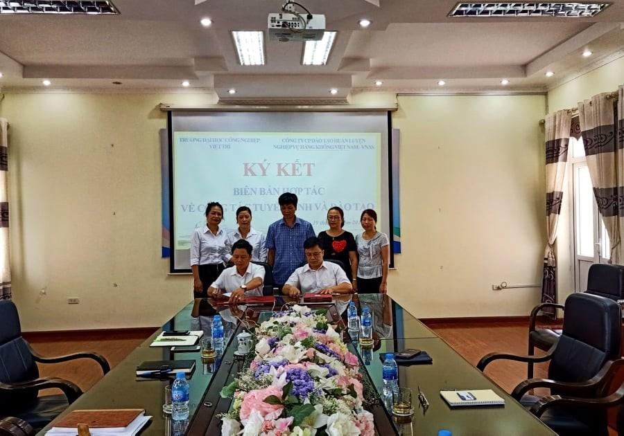 TLễ ký kết hợp tác giữa Công ty Cổ phần Đào tạo Huấn luyện Nghiệp vụ Hàng không Việt Nam và Đại học Công Nghiệp Việt trì, Phú Thọ