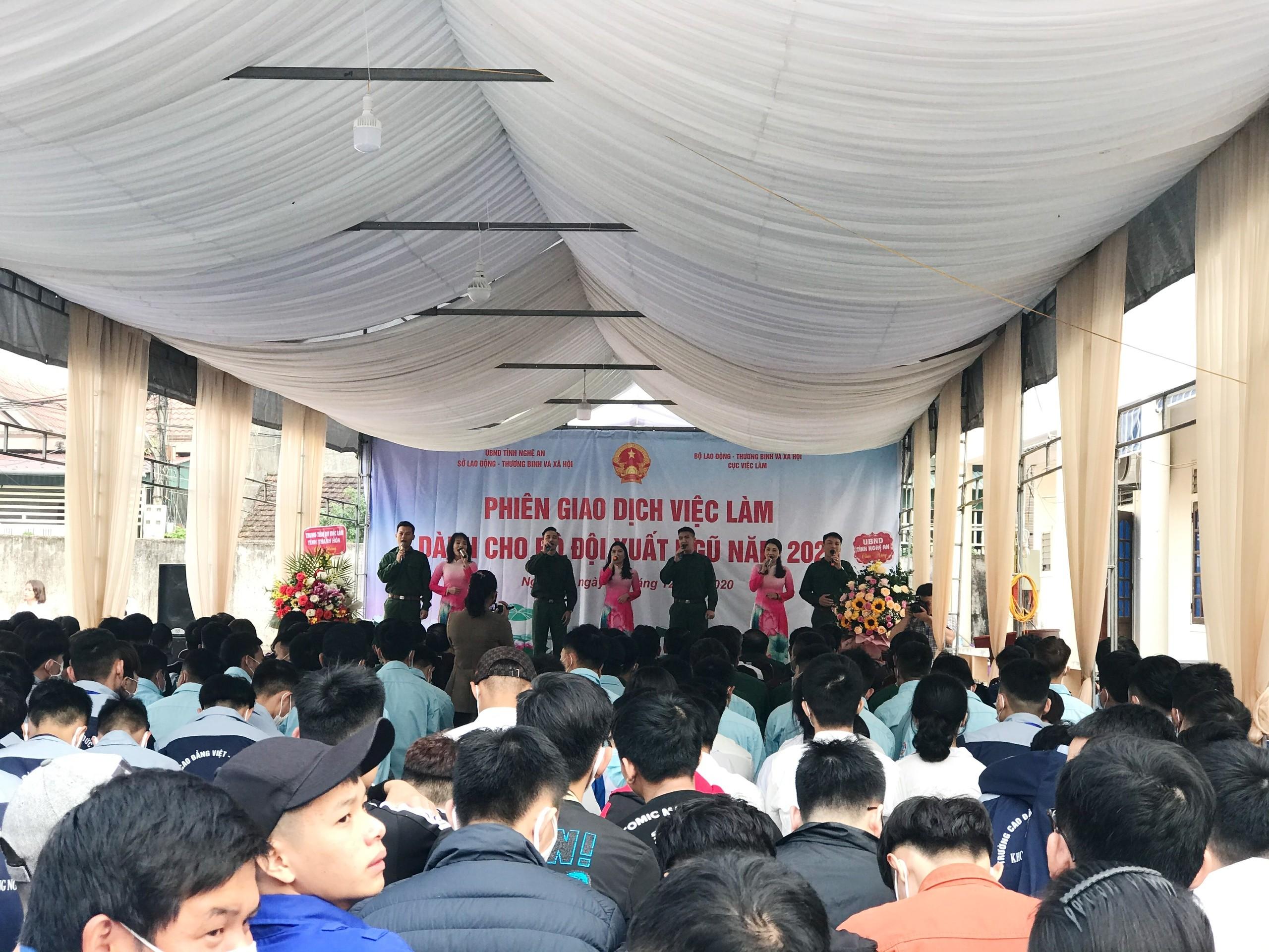 THơn 1.000 chiến sỹ và người lao động tiếp cận được thông tin nhu cầu việc làm hàng không tại Phiên GDVL tỉnh Nghệ An