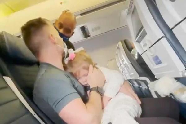 TBị mời xuống khỏi máy bay vì con gái 2 tuổi không chịu đeo khẩu trang