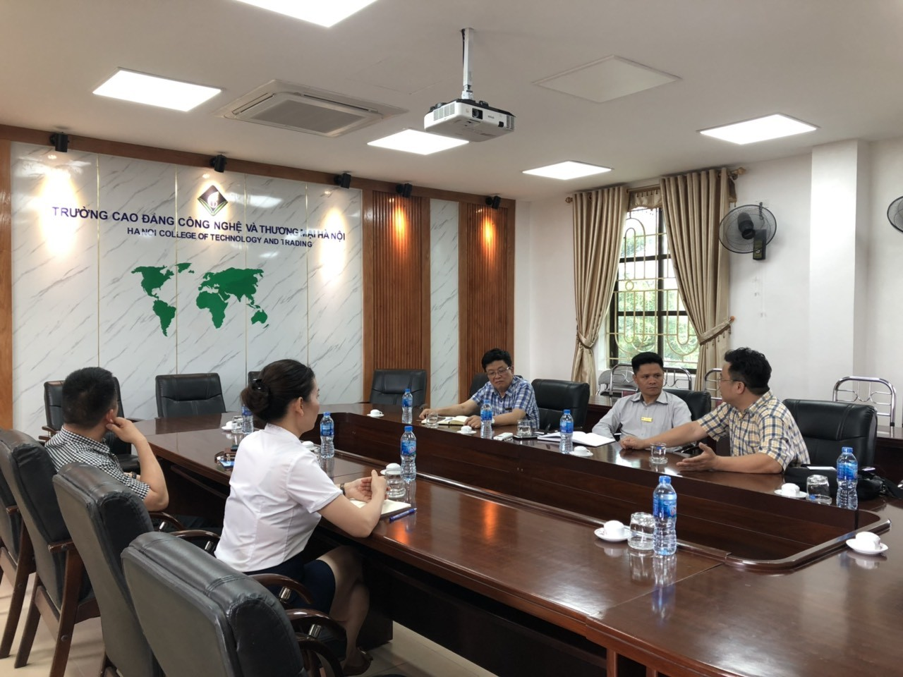 Buổi làm việc trao đổi về hợp tác giữa Công ty Cổ phần Đạo tạo Huấn luyện Nghiệp vụ Hàng không Việt Nam và Trường Cao đẳng Công nghệ và Thương mại Hà Nội