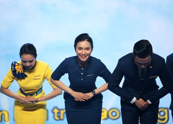 """""""Giải mã"""" ý nghĩa tư thế chào và trang phục của đoàn tiếp viên Vietravel Airlines trong buổi lễ ra mắt"""