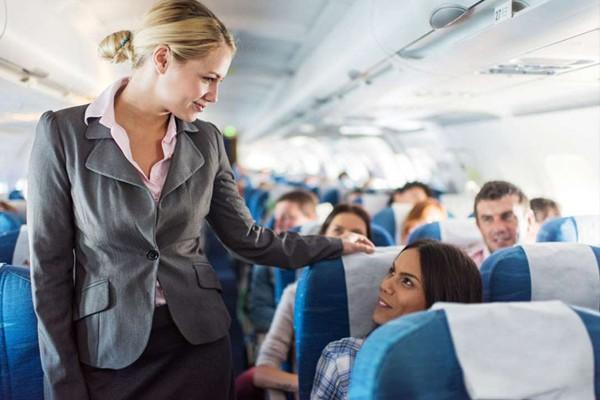 """TĐây là những gì tiếp viên hàng không """"săm soi"""" đầu tiên khi khách bước lên máy bay"""