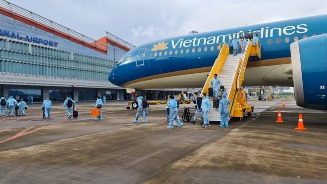 """Hơn 300 người có """"hộ chiếu vắc xin"""" từ Pháp về Việt Nam"""